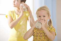 zwei Kinder mit Dosentelefon