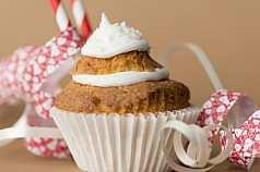 Cupcake vor braunem Hintergrund