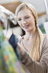Junge blonde Frau beim shoppen
