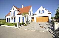 Einfamilienhaus, weiß und blau
