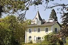 gelbes Haus mit Turmdach