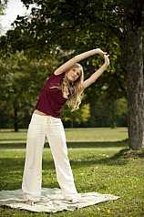 junge Frau macht Yoga im Park