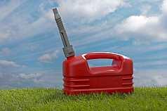 roter Benzinkanister im Gras