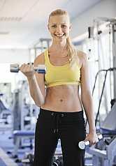 Frau beim Hanteltraining in Fitness Studio