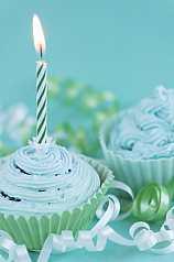 grüne Cupcakes mit Kerze