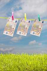 Euroscheine auf Waescheleine werden gegossen