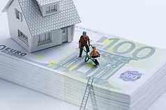 Haus auf Geldscheinbuendel