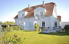 blaues Haus mit Garten