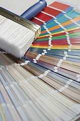 Tapizierpinsel auf Farbpalletten