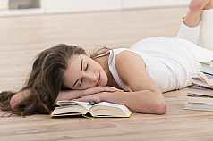 junge Frau schläft beim lernen ein