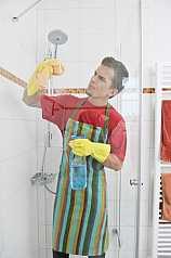 Mann putzt Glasdusche