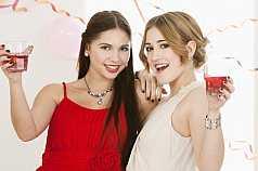 Zwei Mädchen trinken Bowle auf Abschlussball