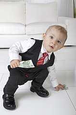Baby im Anzug mit Geldscheinen