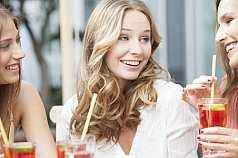 Drei Freundinnen beim Coktail trinken