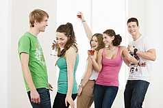 Fünf Teenager feiern und trinken Alkohol