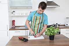 junger Mann beim kochen
