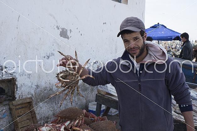 Fischverkäufer mit Krabbe