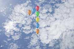 Jubiläumszahl 1 aus Luftballons vor Wolken