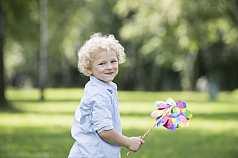 kleiner Junge mit Windrad