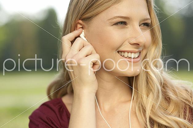 junge Frau hört Musik