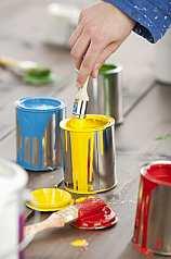 Hand mit Pinsel und bunten Farben