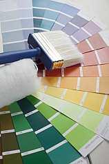 Farbpaletten mit Pinsel und Malerrolle