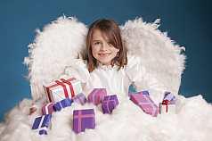 IPTC CAPTION-Field: Mädchen mit Engelskostüm und Geschenken