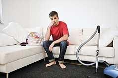 Mann sitzt genervt auf dem Sofa