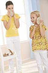 zwei Mädchen mit Dosentelefon