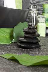 Turm aus schwarzen Steinen auf Steinboden