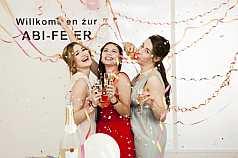 Drei junge Frauen auf Abifeier
