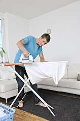 Mann bügelt T Shirt