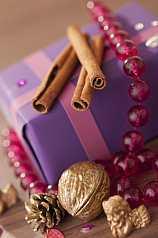 Geschenkpakete weihnachtlich mit Zimtstangen