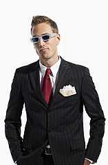 Mann im Anzug mit verrückter Sonnenbrille und Geldscheinen