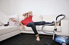 Mann ist außer puste von der Hausarbeit