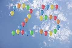 Jubiläumszahl 25 aus Luftballons vor Wolken