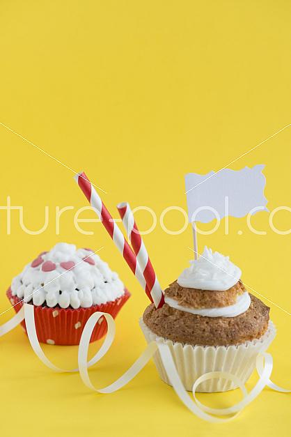 Cupcakes vor gelben Hintergrund