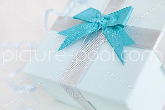 Hellblaues Geschenk mit türkiser Schleife, Nahaufnahme
