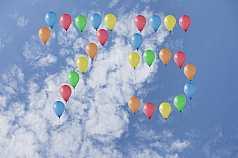Jubiläumszahl 75 aus Luftballons vor Wolken