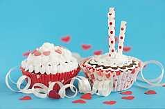 Cupcake vor blauem Hintergrund und Geburtstagskerzen