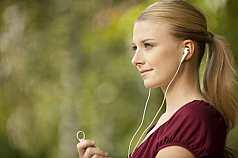 junge rau hört Musik Profil