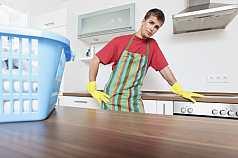 Mann macht Hausarbeit