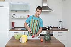 junger Mann schneidet Obst