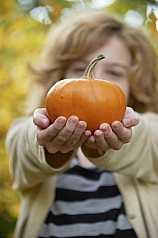 junges Mädchen im Herbst