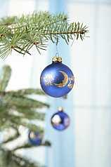 blaue Weihnachtkugeln am Tannenbaum