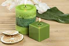 Kerzen und Limette