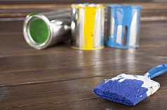 Pinsel und Farbdosen