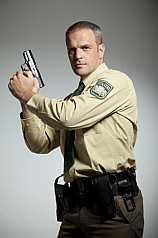 Polizist mit Pistole und Taschenlampe