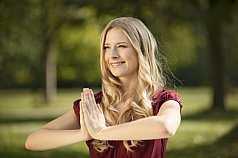 junge blonde Frau macht Joga im Park