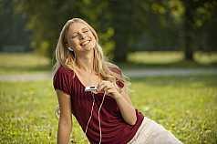 Portrait junge Frau hört Musik